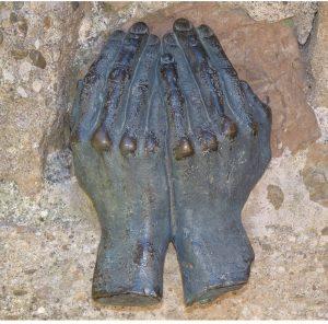 le visage dans les mains